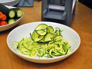 Spiralschneider mit geschnittenen Zucchininudeln
