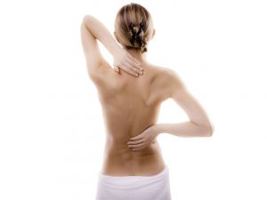 Frau dehnt ihren Rücken