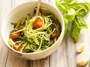 Zucchini-Linguini mit Tomaten