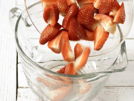 Alkoholfreie Erdbeerbowle: Zubereitungsschritt 3