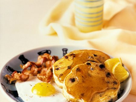 amerikanische pfannkuchen mit spiegelei bacon und sirup. Black Bedroom Furniture Sets. Home Design Ideas