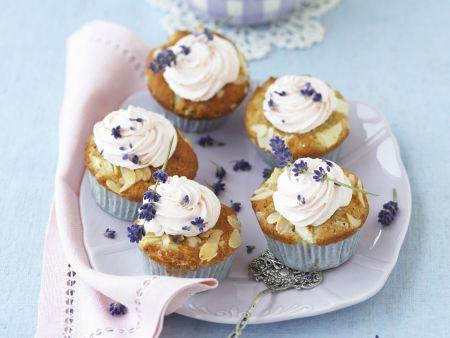 Apfel-Cupcake mit Lavendel-Sahne-Topping