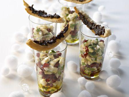 Apfel-Ziegenkäse-Salat und Toaststicks mit Olivencreme
