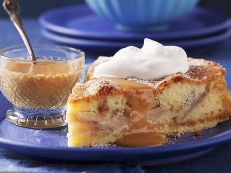 Apfelkuchen mit Marzipan und Karamellsoße