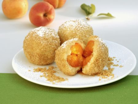 Aprikosenknödel mit Semmelbröseln