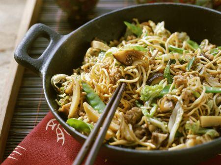 Asia-Nudeln mit Gemüse und Hackfleisch