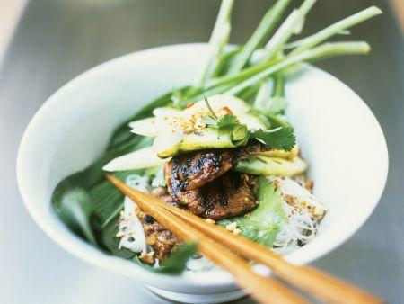 Asia-Nudeln mit Rindfleisch und Gemüse auf Thai-Art