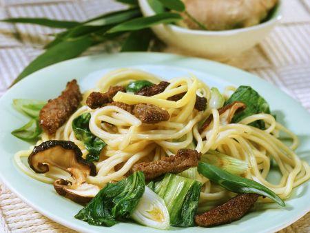 Asia-Nudeln mit Rindfleischstreifen und Gemüse