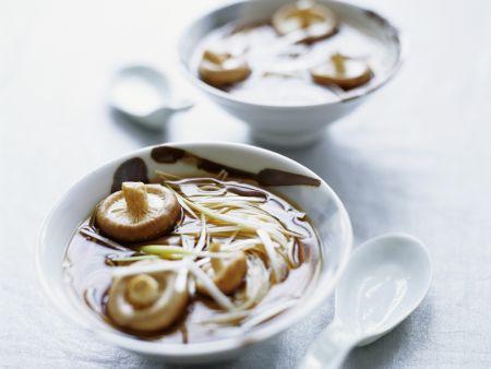 Asiatische Brühe mit Nudeln, Pilzen und Lauchzwiebeln