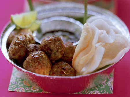 Asiatische Fleischbällchen mit Krupuk-Chips