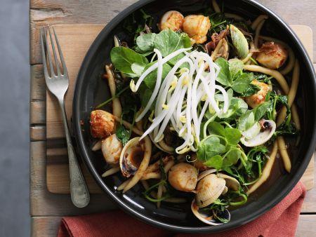 Asiatische Nudeln mit Muscheln und Sprossen