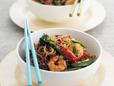 Rezept: Asiatische Nudelpfanne mit Garnelen, Gemüse und Sesam