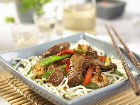Asiatische Rindfleisch-Gemüsepfanne mit Nudeln