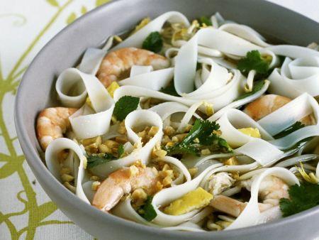 Asiatische Suppe mit Nudeln, Hühnchen, Shrimps und Erdnüssen