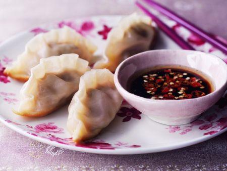 Asiatische Teigtaschen (Dumblings) mit scharfer Soße