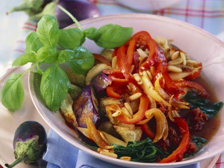 Auberginen-Paprika-Gemüse mit Pilzen, aus dem Wok