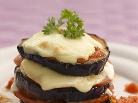 Auberginentürmchen mit Tomate und Mozzarella