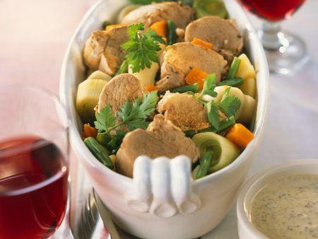 Rezept: Auf Gemüse geschmorte Schweinemedaillons