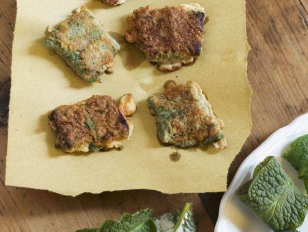 Ausgebackene Beinwell-Täschchen mit Frischkäsefüllung