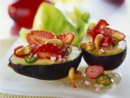 Avocado mit scharfem Erdbeersalat gefüllt