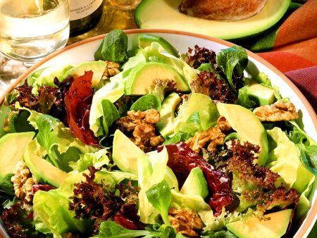 Avocados auf Blattsalaten mit Nüssen