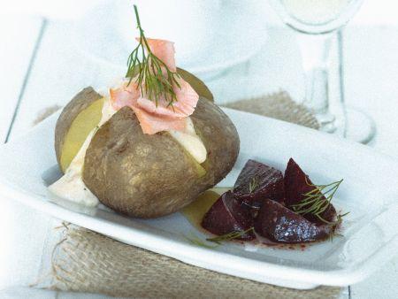 Backkartoffeln mit saurer Sahne, Lachs und Roter Bete