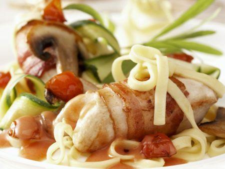 Rezept: Bacon-Hähnchen mit Nudeln und Gemüse