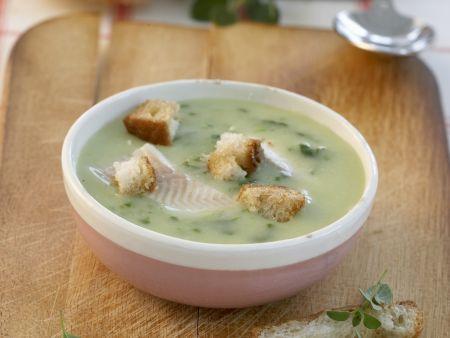 Bärlauchcremesuppe mit Fisch und Croutons