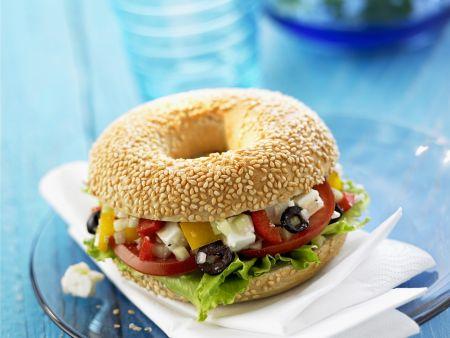 Bagel mit griechischen Salat