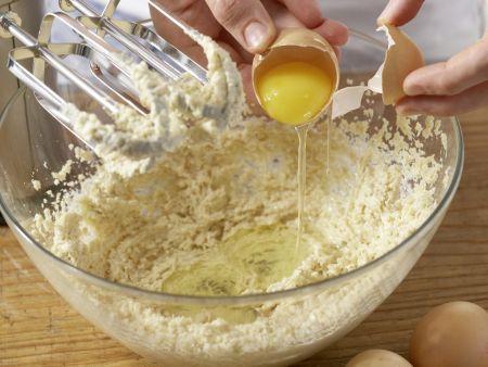 Baiser-Muffins mit Brombeeren: Zubereitungsschritt 3