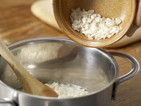 Bananen-Kakao-Brei mit Reisflocken: Zubereitungsschritt 1