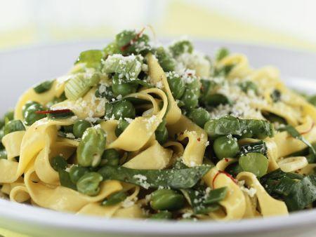 Bandnudeln mit Erbsen, Saubohnen und Parmesan