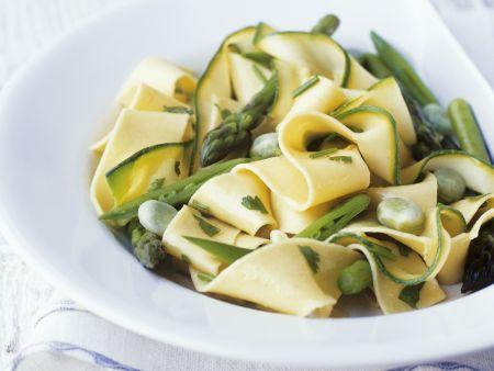 Bandnudeln mit grünem Spargel, Zucchini und Bohnen