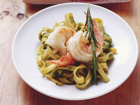 Rezept: Bandnudeln mit Pesto und Shrimps