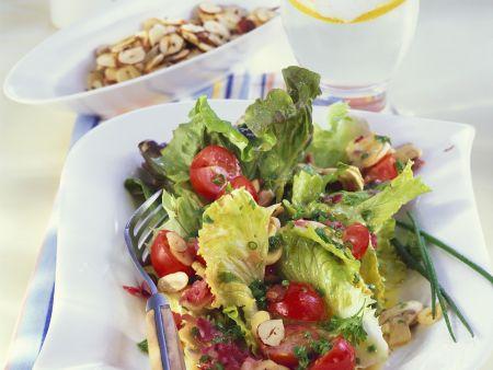 Rezept: Bataviasalat mit Kirschtomaten und Haselnusskernen