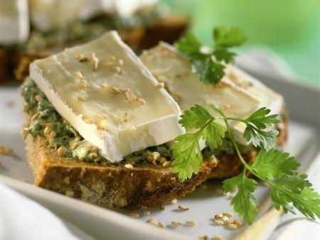 Bauernbrot mit Käse und Sesam