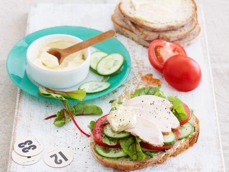 Belegtes Brot mit Pute, Tomate und Gurke