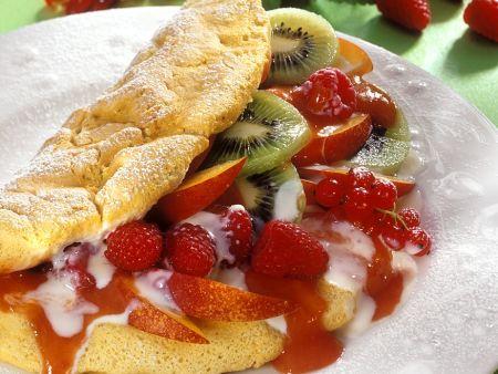 Biskuitomelett mit Früchten