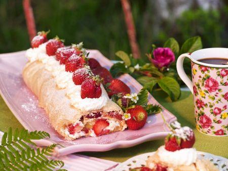 Biskuitroulade mit Erdbeeren