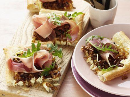 Blätterteigkuchen mit Schinken, Zwiebeln und Schafskäse