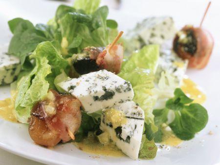 Blattsalat mit Blauschimmelkäse dazu Aprikosen und Pflaumen im Speckmantel