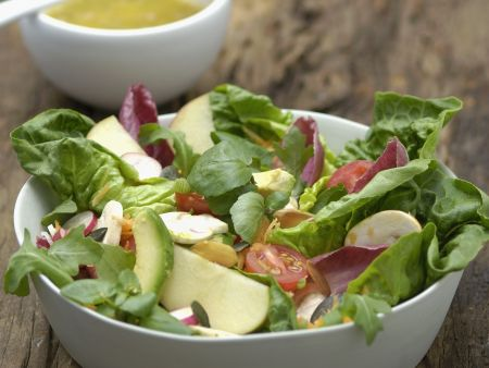 Blattsalat mit Champignons und Avocado