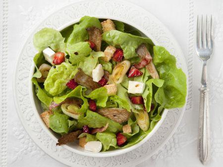 Rezept: Blattsalat mit Erdbeeren und Porree
