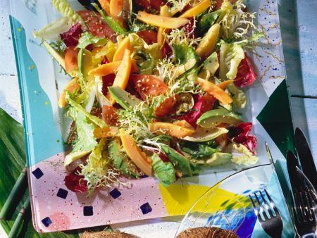 Blattsalat mit exotischen Früchten