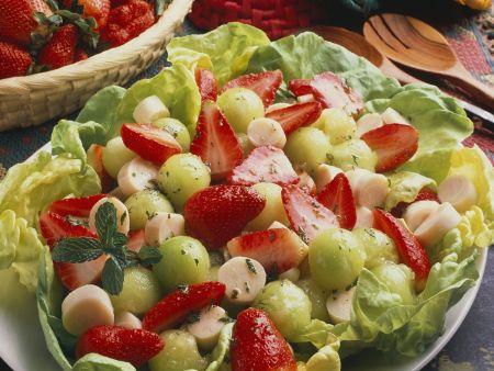 Blattsalat mit Früchten und Palmherzen