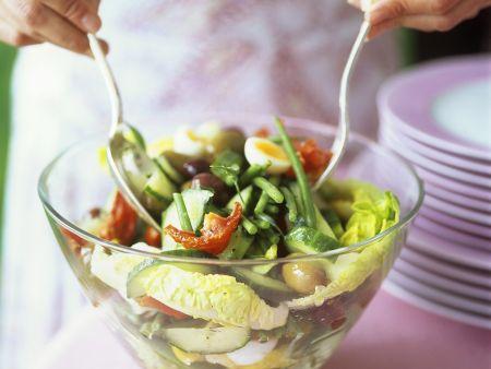 Blattsalat mit Gemüse und Ei