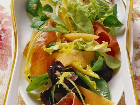 Blattsalat mit Melone und Räucherschinken