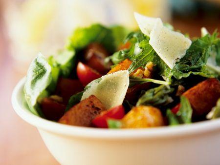 Blattsalat mit Tofu und Tomaten