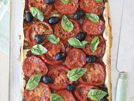 Blechkuchen mit Tomaten und Oliven