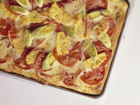 Blechpizza mit Schinken und Ananas